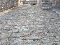 Foto particolare del piazzale in pietra di Paestum alla fine dei lavori di protezione e consolidamento finale (3)