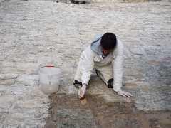 Foto particolare del piazzale in pietra di Paestum durante i lavori di protezione e consolidamento finale (1)