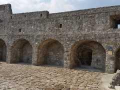 Foto particolare del piazzale in pietra di Paestum durante le fasi di stuccatura (2)