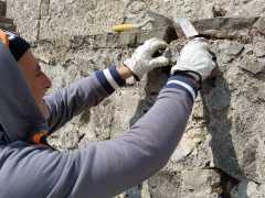 Foto particolare delle murature durante le fasi di lavoro intorno al piazzale in pietra di Paestum. (25)
