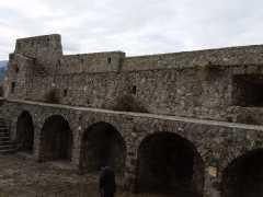 Foto particolare delle murature prima dei lavori intorno al piazzale in pietra di Paestum. (1)